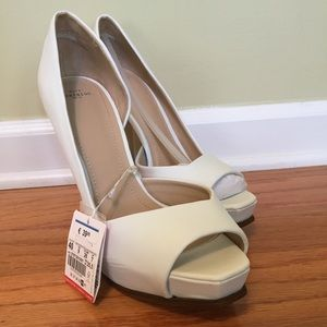 White shoes size 9